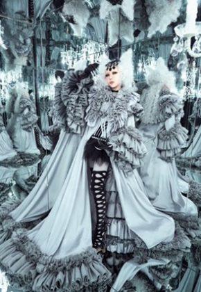 أنمي Tsuki to Laika to Nosferatu (Moon, Laika, and the Bloodsucking Princess) هو أحد الأعمال المميزة المتوقع صدورها بالفترة القادمة بصناعة الأنمي، وبالتحديد في 3 أكتوبر 2021، وهو أنمي مأخوذ عن سلسلة روايات خفيفة فانتازية تحمل نفس الاسم ولها شهرة في اليابان. اليوم تم الكشف رسميًّا عن فيديو كليب شارة النهاية تحت عنوان Hi no Tsuki، وأتى بمزيجٍ من الثلج والسحر، مقدمًا محتواه في دقيقة و 28 ثانية بالتمام والكمال، بشكلٍ يتناسب بالطبع مع افتتاحية الأنمي التي تكون في نفس مدة العرض تلك في العادة.